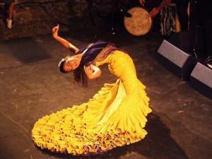 Патрисия Герреро в платье bata de cola